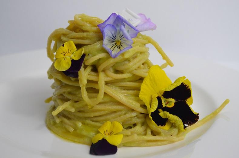 Spaghetti in Crema di Avocado, Habanero e Fiori Eduli