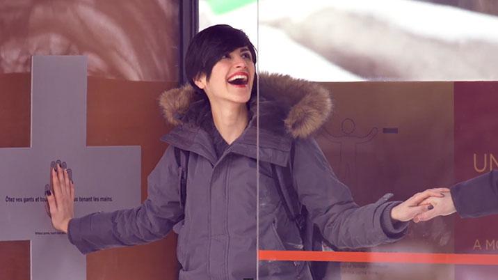 Combattere il freddo tenendosi per mano: la campagna di Duracell che vince l'inverno