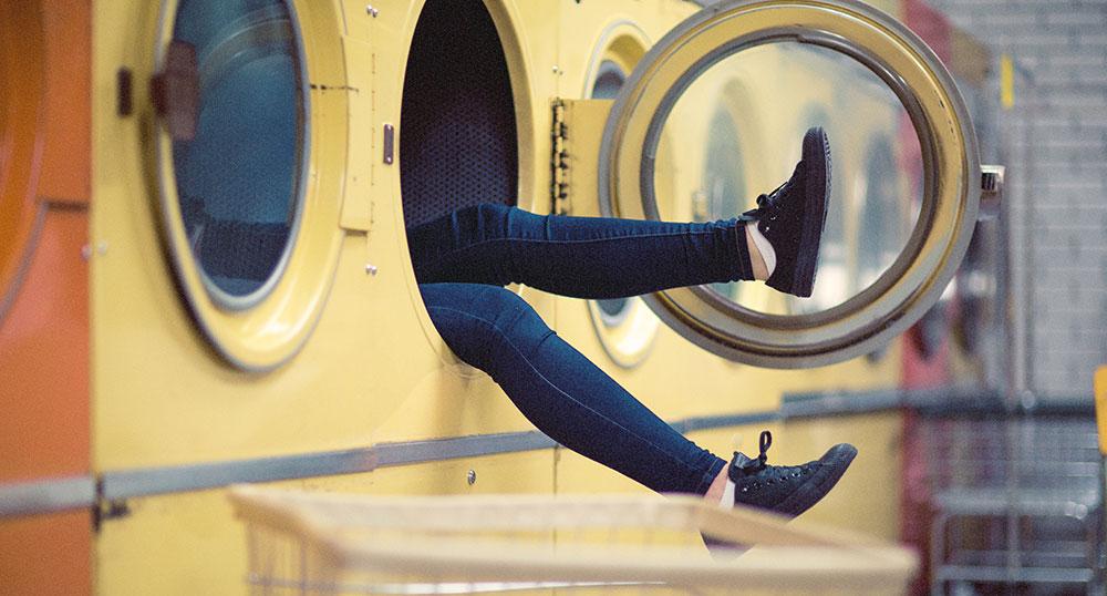 Addio ferro da stiro: dal web arrivano le faccende domestiche low cost