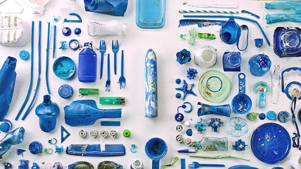 Don't f*ck the ocean: i dildo creati con la plastica raccolta nell'oceano